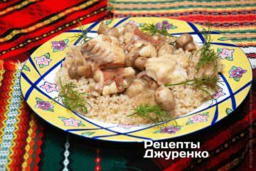 Выложить рис и рыбу в соусе на тарелки