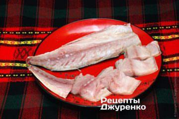 Срезать филе со скумбрии
