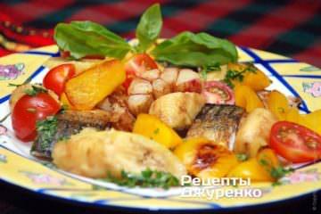Жареную скумбрию выложит на тарелку с гарниром