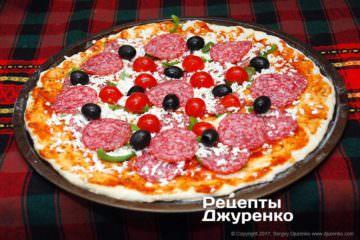 розкласти оливки і помідори