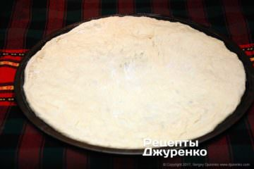 Растянуть тесто для пиццы на противне