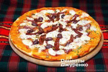 Пицца с колбасой и сыром выпекается 20мин