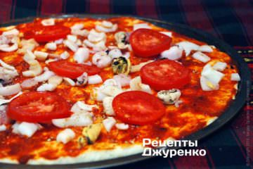 Розкласти помідор на піцу