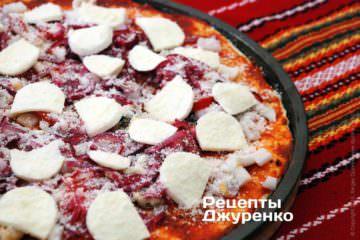 Посипати піцу тертим на дрібній тертці пармезаном