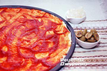 Змастити тісто томатним соусом