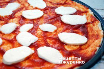 Розкласти на піцу моцарелу