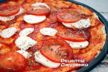 Розкласти помідор і посипати орегано