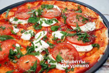 Посипати піцу нарізаним базиліком
