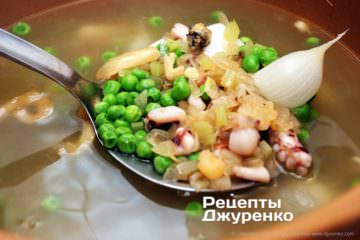 добавить к горошку морепродукты