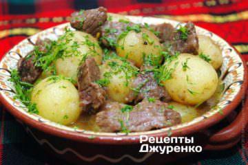 Разложить картошку с мясом на тарелки