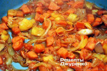Тушить смесь овощей под крышкой