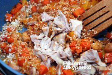 Далее добавить нарезанное мясо курицы и влить 1 стакан куриного бульона