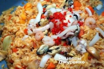 Добавить морепродукты и чили