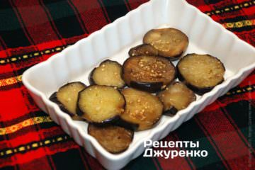 Выложить жареные баклажаны в форму