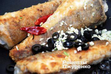 Одночасно додати стручки гострого перцю, часник і нарізані оливки