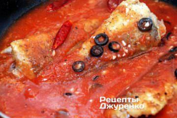 Влить к рыбе с оливками томатное пюре