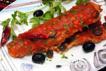 Выложить рыбу на тарелку и полить соусом