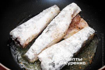 Обвалять рыбу в муке и выложить в разогретое масло