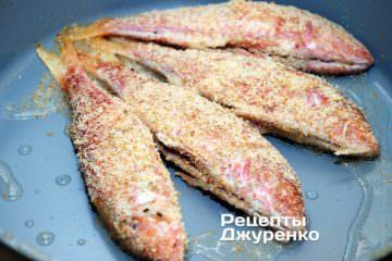 вложить рыбу в горячее масло