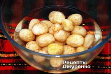 Картофель помыть и очистить