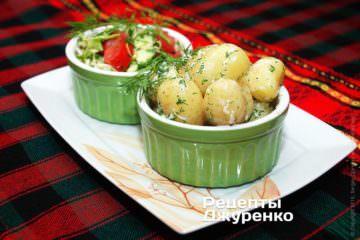 Выложить картофель на тарелки