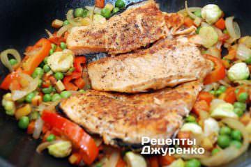 В овощи выложить обжаренную красную рыбу