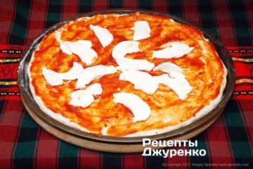 Разложить кусочки сыра