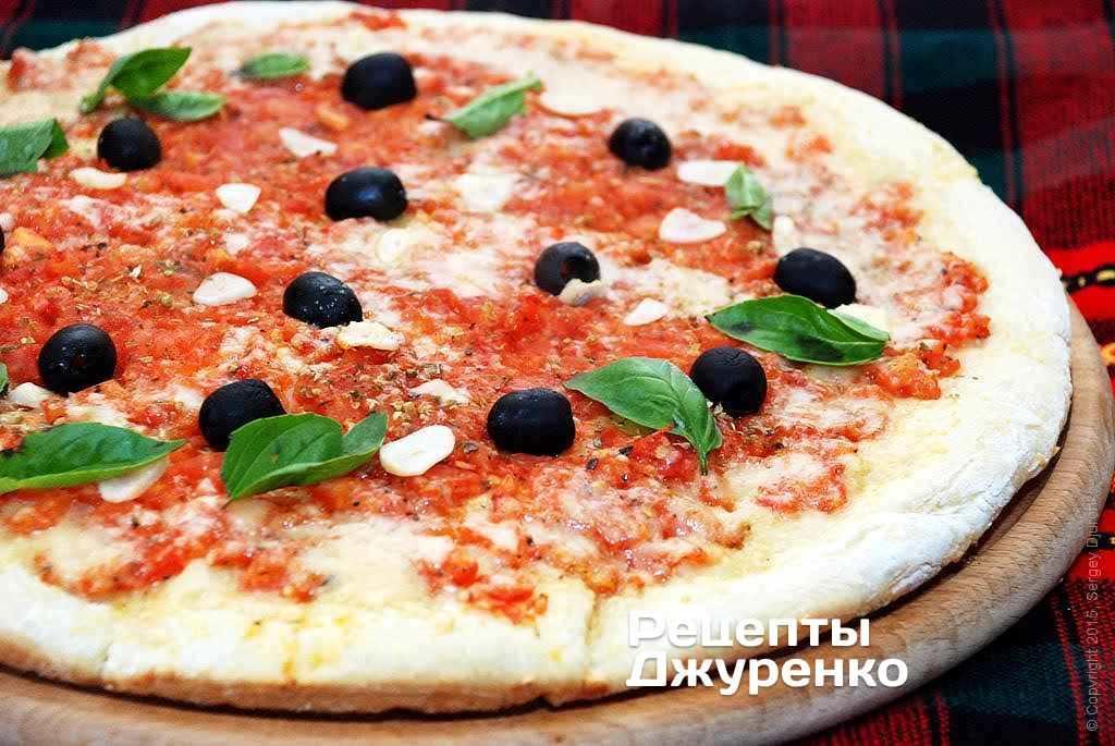 Пицца и соус маринара