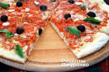 Пиццу украсить зеленым базиликом