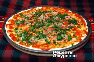 Посыпать пиццу зеленью
