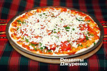 Посыпать всю пиццу моцареллой