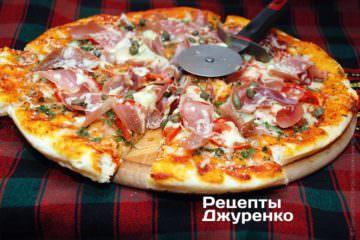 Розрізати піцу на 6-8 частин