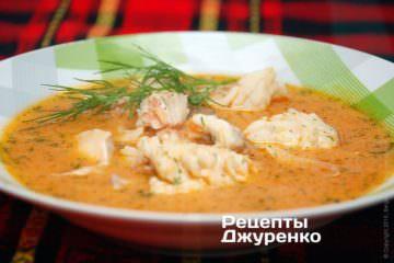 Розлити рибний суп в тарілки і посипати кропом
