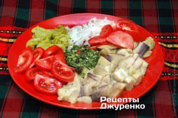 Выложить баклажаны, овощи и зелень на тарелку