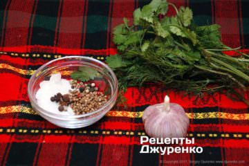 Зелень, специи и чеснок для маринада