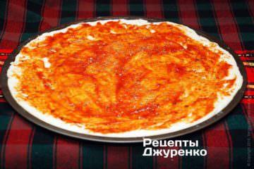 Смазать тесто на форме томатным соусом