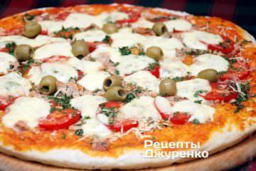 Готовая пицца подается горячей
