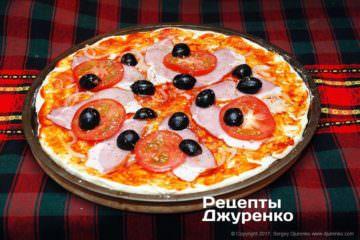 Добавить помидор и оливки