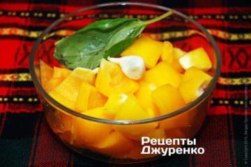 Измельчиь помидор, перец и чеснок