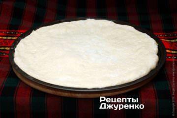 Выложить тесто на форму