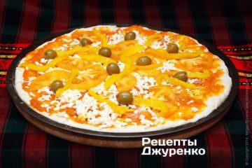 Викласти зелені оливки і печений перець