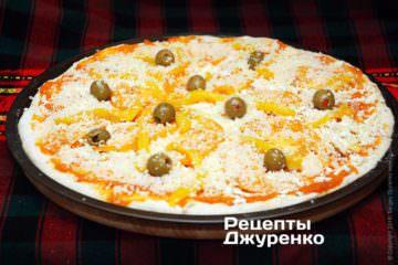 Посипати піцу сиром