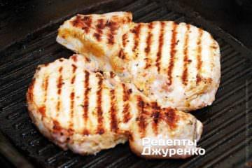 Жарить мясо по 5-6 мин с каждой стороны