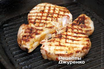 Жарить мясо до полной готовности