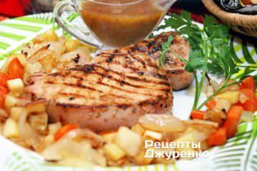 На тарілку викласти готове смажене м'ясо з ткемалі