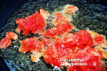 Мякоть помидоров обжарить