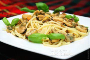 Спагетти и мидии выложить на тарелки