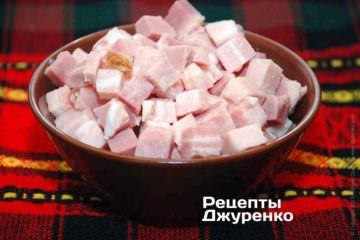 Нарезать бекон (ветчину, панчетта) кубиками