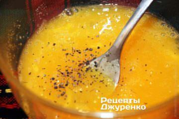 С помощью вилки перемешать яйца, до получения однородной массы
