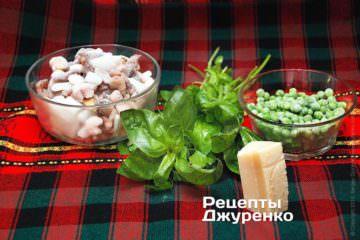 Морепродукты, зелень, пармезан и горошек